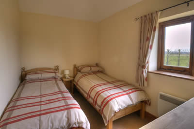 Lamb Farm Holiday Cottages - Ox Cottage Twin Bedroom